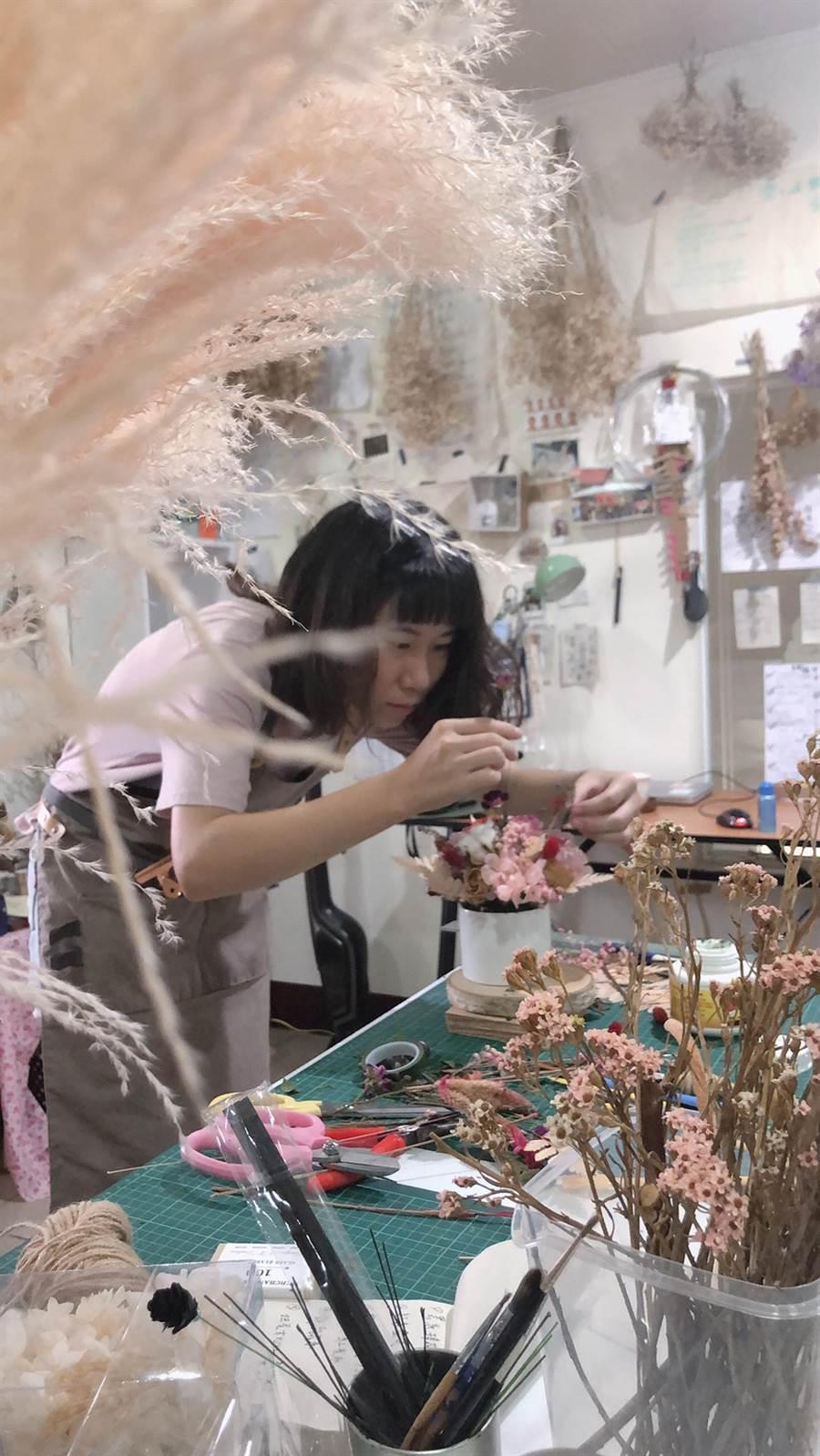 25歲的蔡伊倫,選擇離開台北工作,回到嘉義東石,藉由「那間賣魚的花店」臉書粉絲團,創出自己的花花世界。(蔡伊倫提供)