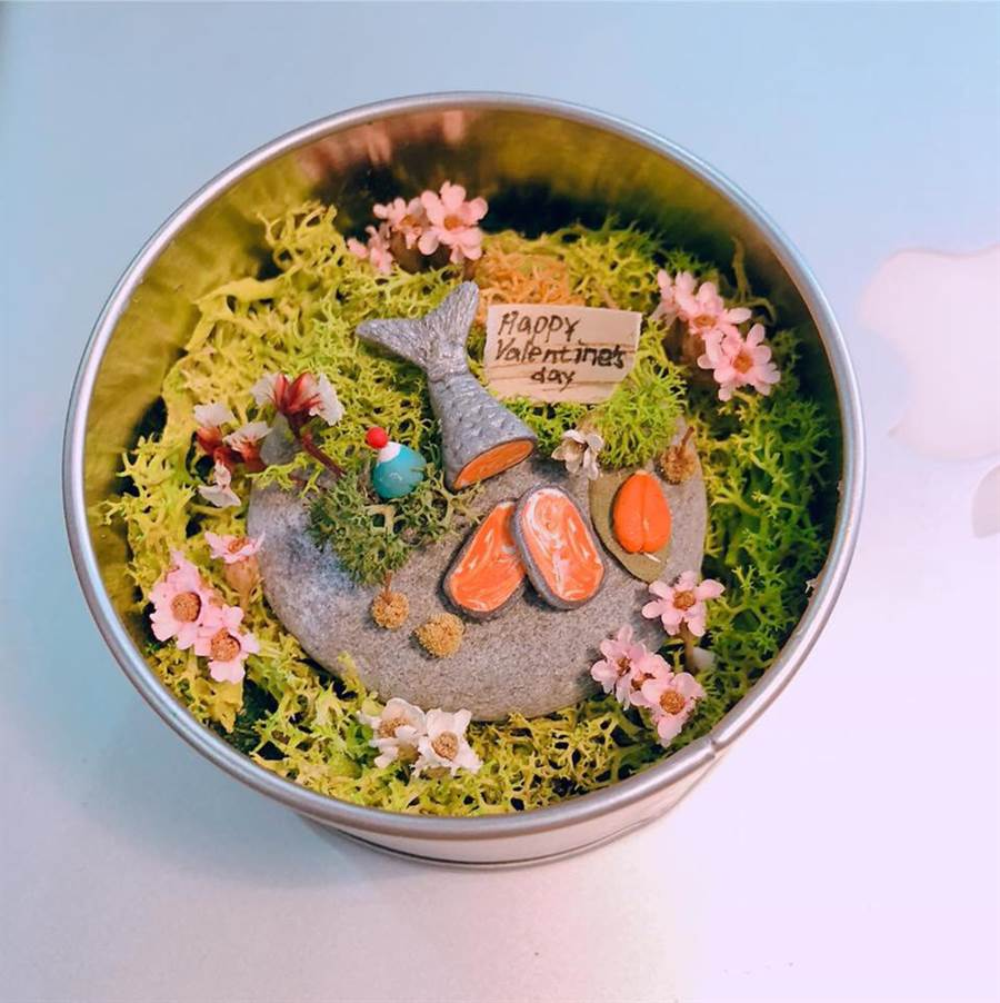 蔡伊倫將東石在地特色放入花藝禮品中。(蔡伊倫提供)