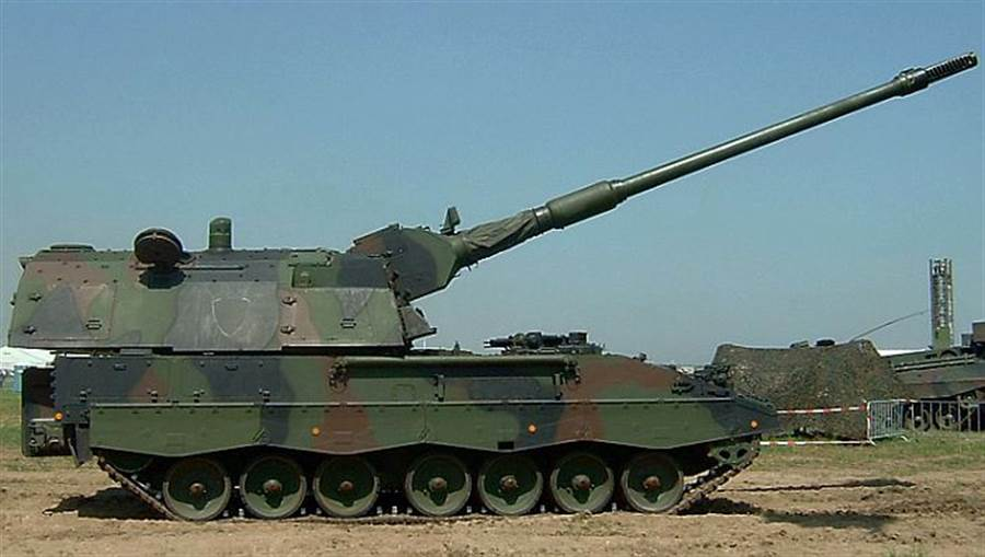 德國PzH2000自走砲,口徑與M109同樣是155公釐,但砲管達到52倍徑(546公分),火砲射程自然較遠,大約40~60公里。(圖/德國陸軍)