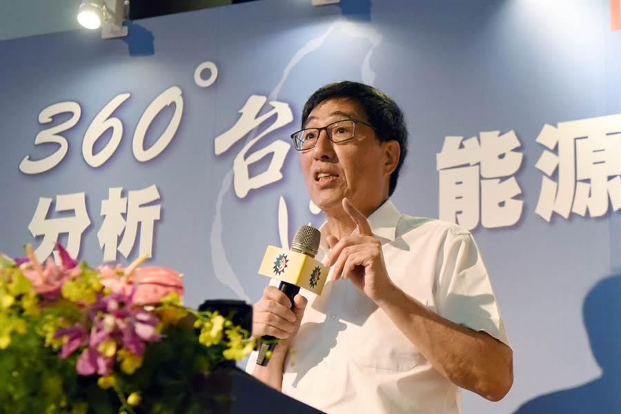郭位以「360度分析台灣能源環保」為題,分析「七彩能源」分配的可行方案。(圖/日月光文教基金會提供)
