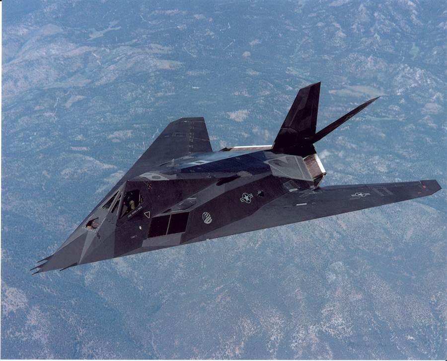 美軍F-117夜鷹隱形戰機是首架隱形戰機,其鑽石刻面的機身是最大特徵。夜鷹大部份已於2008年退役封存,但仍有少部份用於測試與演練之用。(圖/美國空軍)