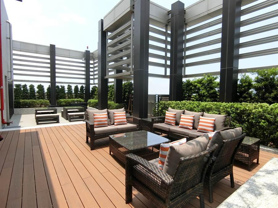 公設沙發區令人吸睛的是,由設計師設計的沙發結合人體工學,舒適坐感放鬆心情。(盧金足攝)