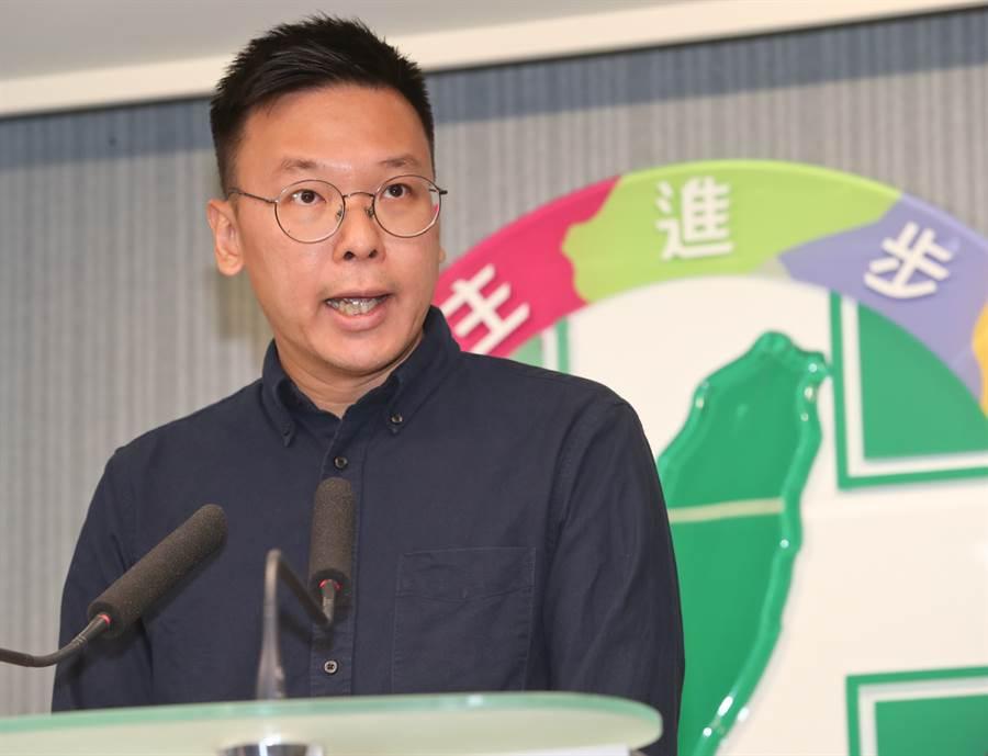 民進黨15日舉行中央黨部主管人事公布記者會,宣布由太陽花學運領袖林飛帆(見圖)接任民進黨副祕書長。(劉宗龍攝)