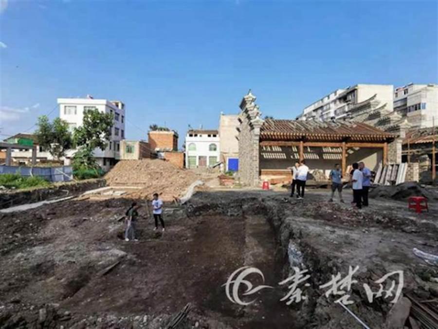 在湖北十堰市房縣新發現的東漢古墓可能是24孝之一、扇枕溫衾的黃香。圖為新發掘古墓的現場。(圖/澎湃新聞)