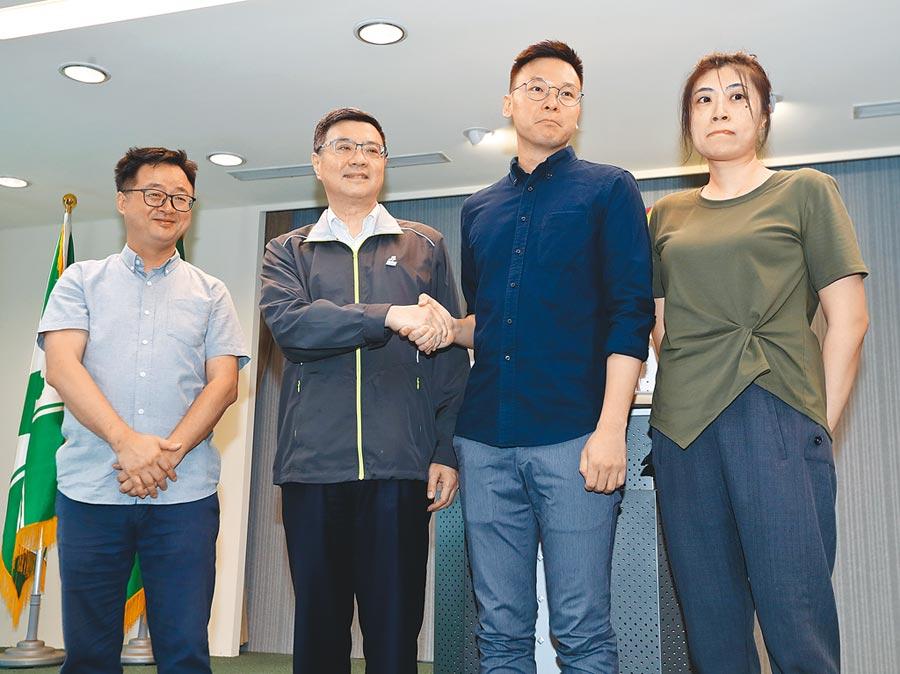民進黨主席卓榮泰(左)宣布林飛帆(右)接任民進黨副祕書長。(劉宗龍攝)