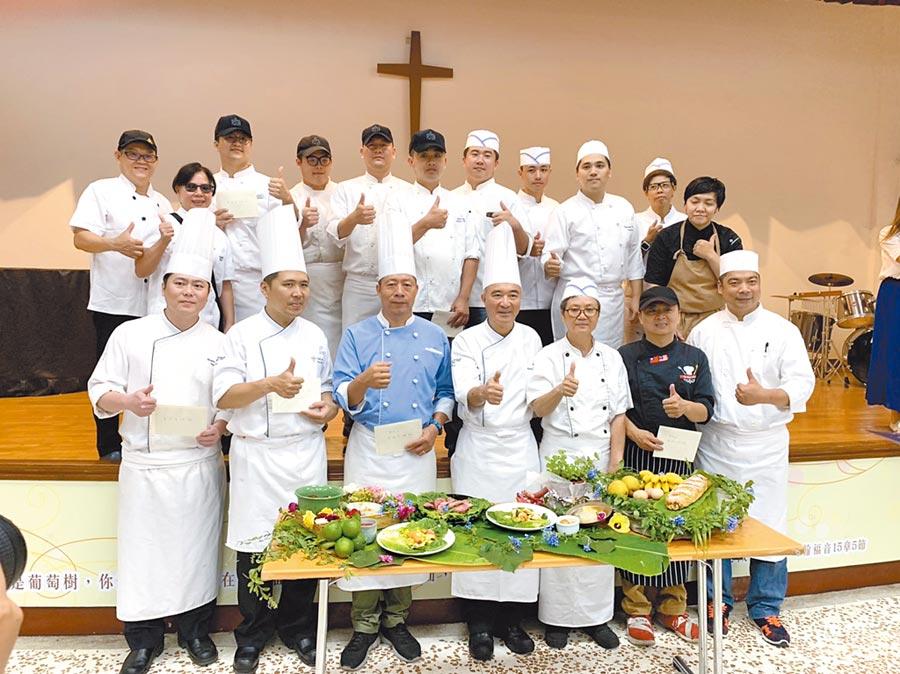 晶華酒店主廚陳春生15日率多位廚師造訪花蓮黎明教養院,準備10道美食讓教養院孩子享用。(王昱凱攝)