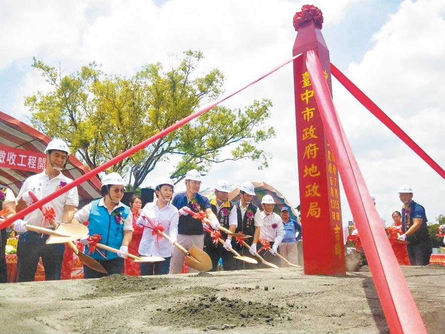 台中豐原「豐富專案」15日終於開工,市長盧秀燕(左三)等人出席動土典禮。(陳淑娥攝)