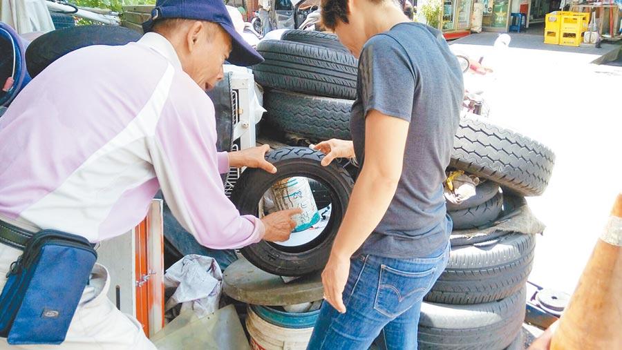 鑑於廢輪胎容易造成病媒蚊孳生,台南市登革熱防治中心呼籲市民加強孳清。(衛生局提供)