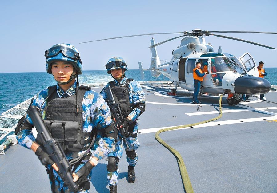 4月26日,「海上聯演─2019」在青島某海域舉行,參加演習的特戰隊員在直升機平台待命。(新華社)