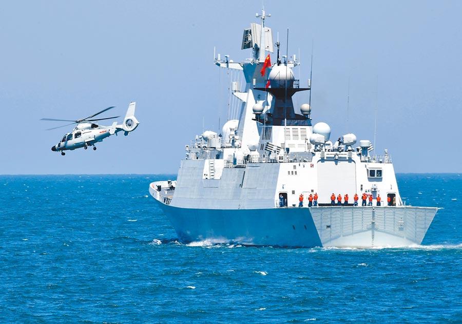 4月26日,參加聯演的直升機在青島從解放軍海軍日照艦起飛。(新華社)