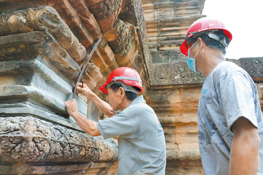 2018年7月9日,「中國─柬埔寨政府吳哥古跡保護工作隊」進行茶膠寺保護修復項目的收尾工作。(新華社)