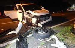 深夜閃貓撞路樹 婦人車毀輕傷