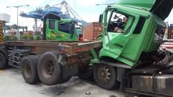台62甲3輛貨櫃車連環追撞 駕駛受困