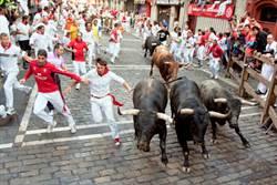 男奔牛節遭群牛碾壓 驚悚畫面曝光