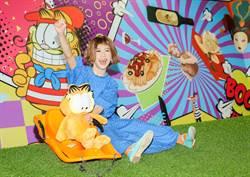 Lulu一身藍欣賞加菲貓特展 朝聖變「打對台」