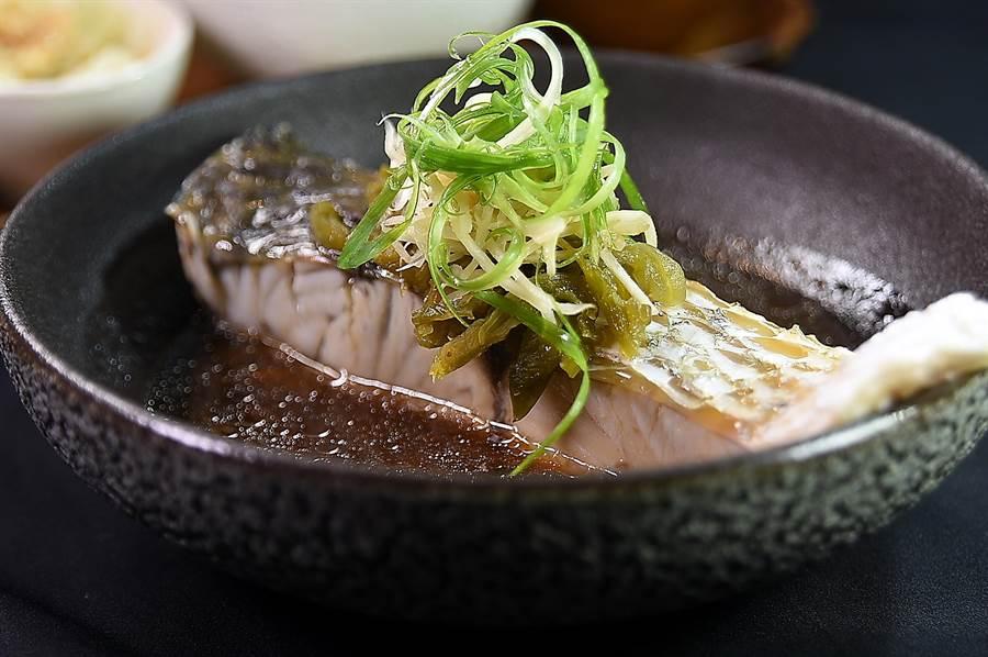 〈Hi-Q鱻食〉餐廳的〈漾采活顏貴妃餐〉的主角,以釀製褐藻梅酒的南投信義鄉青梅製成青梅醬,加入褐藻甘鱻露與厚實重達約150g的金目鱸魚定溫蒸煮而成。(圖/姚舜)