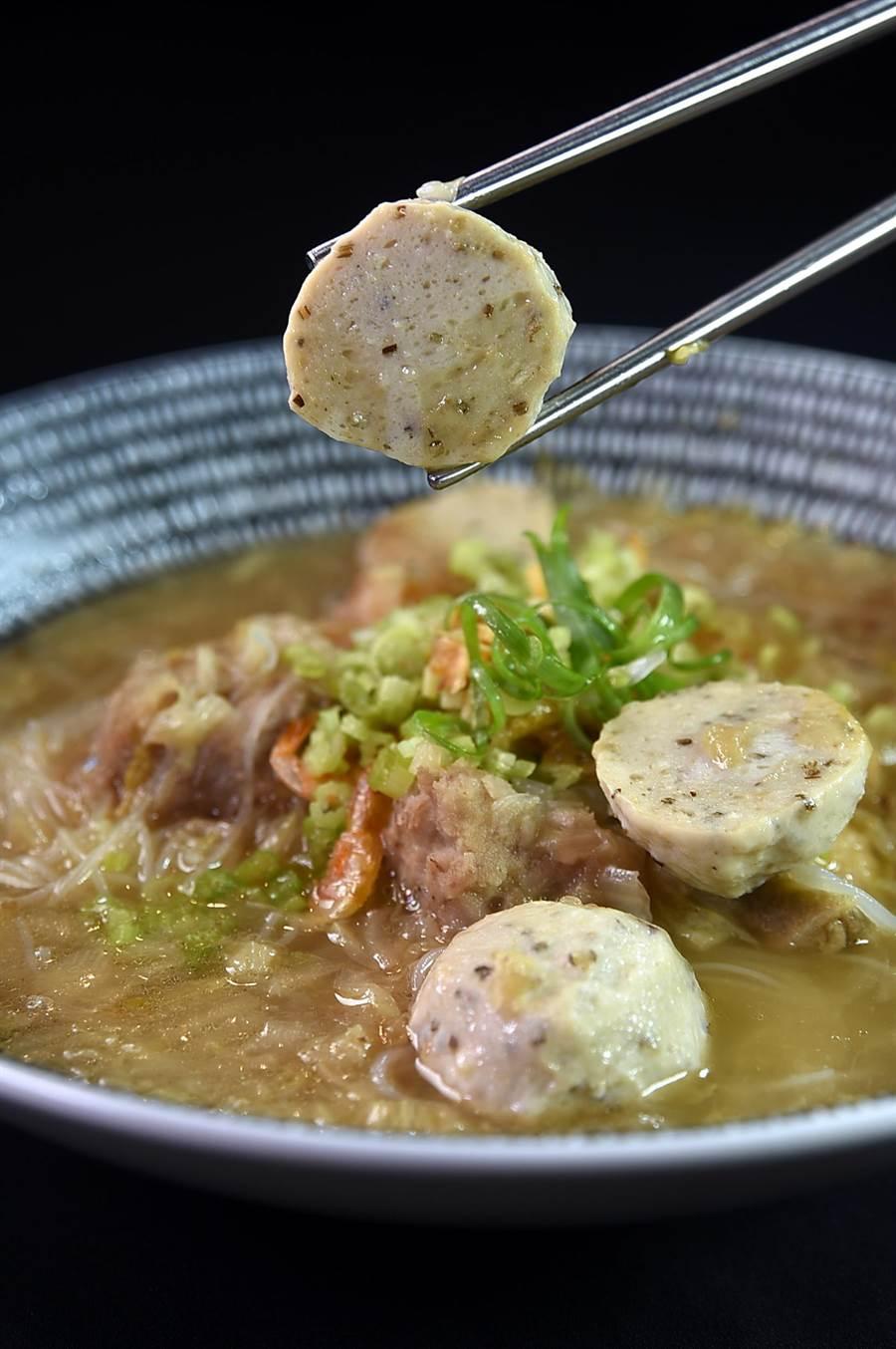 每份220元的〈褐藻金鯧米粉〉內除有芋頭、黃金鯧魚及褐藻米粉外,並有用純魚肉打成魚漿做的褐藻魚丸。(圖/姚舜)