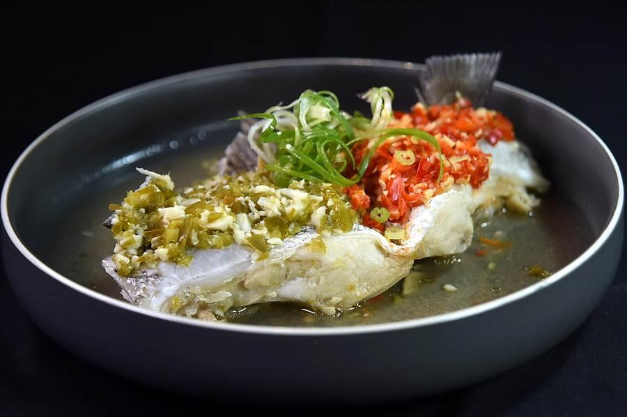 〈Hi-Q鱻食〉餐廳主廚用剁椒演繹膠質豐厚的金目鱸魚肉,風味甚佳。(圖/姚舜)