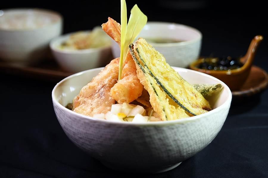 每份320元的〈褐藻天丼定食〉,是以日天婦羅手法炸製熟成海紅鯛、藍鑽蝦、秋葵、香菇等食材,佐以褐藻醬油加麥芽糖熬煮成的純素醬汁。(圖/姚舜)