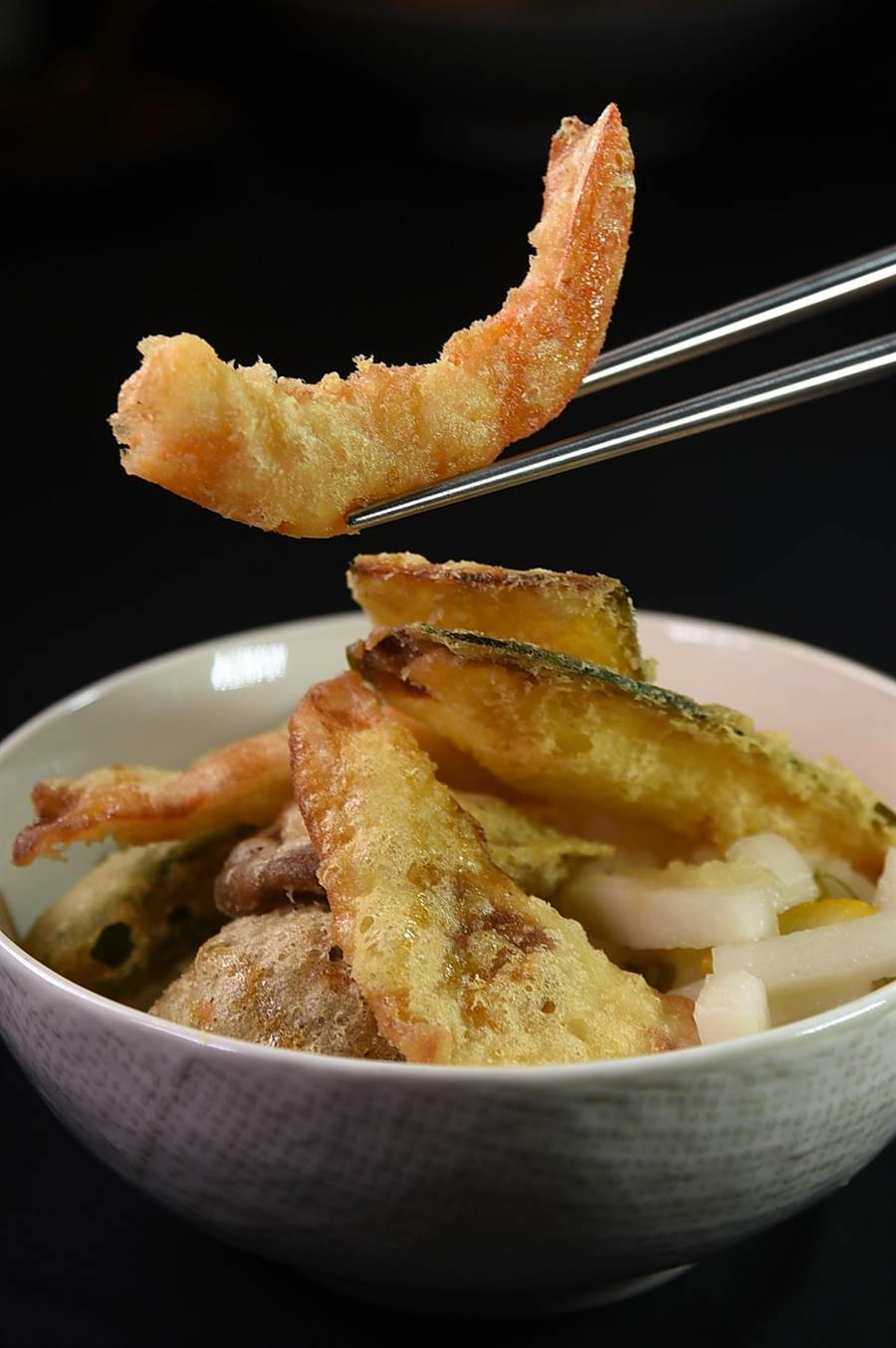 〈褐藻天丼定食〉的炸蝦天婦羅是用藍鑽蝦炸製,麵衣薄脆、蝦肉細緻。(圖/姚舜)