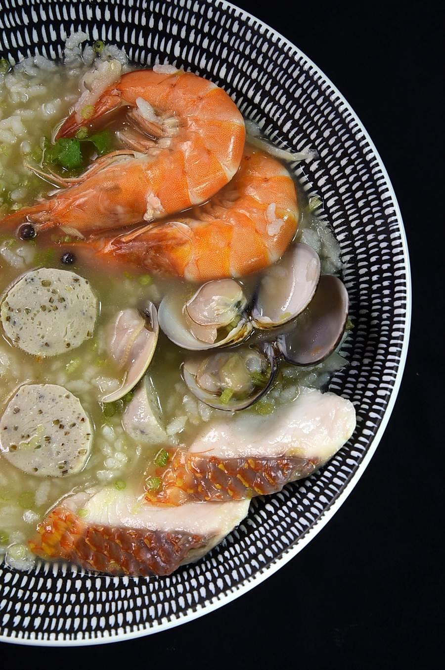 每份190元的〈海鱻粥〉是以昆布湯頭為底,加入海紅鯛魚片、褐藻魚丸、藍鑽蝦熬煮的台式粥品,另配上古早味醃筍簽增添口感,並以褐藻甘鮮露調味。(圖/姚舜)