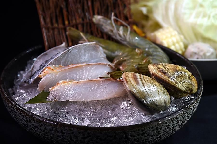 〈HiQ褐藻鱻食火鍋〉所附的海鮮盤,可一次嚐到Hi-Q海紅鯛魚片、金目鱸魚片、馬祖牛奶貝、藍鑽蝦,以及Hi-Q褐藻魚丸。(圖/姚舜)