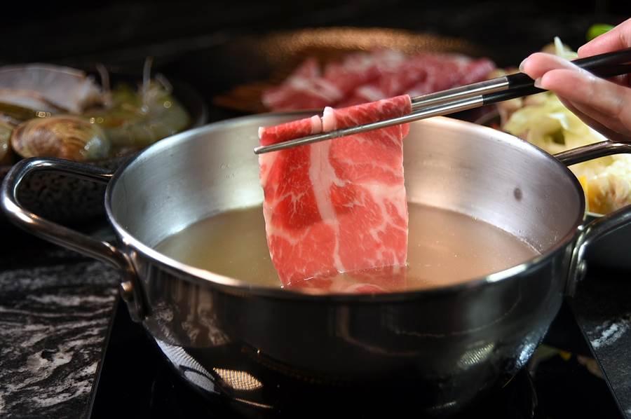 享用〈HiQ褐藻鱻食火鍋〉除有蔬菜盤與海鮮盤,並有包括美國Prime牛小排可作涮料,海陸食材都到齊,每份880元堪稱超值。(圖/姚舜)