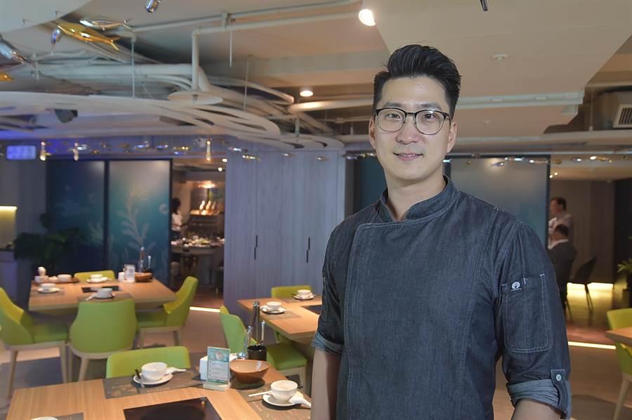 〈Hi-Q鱻食〉餐廳的型男主廚Roy 陳偉剛曾在五星級觀光飯店歷練。(圖/姚舜)