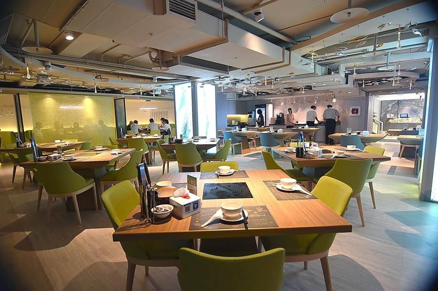 位在Hi-Q褐藻生活館B1的〈Hi-Q鱻食〉餐廳占地約150坪,除了開放式用餐區外並有有3間包廂,可接待100位客人用餐。(圖/姚舜)
