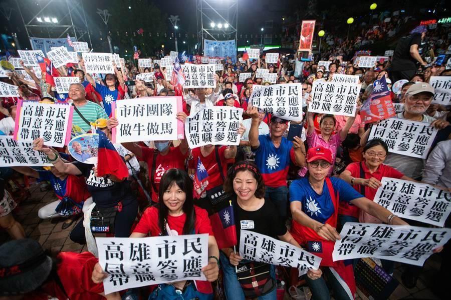圖為挺韓民眾高舉「高雄市民同意答應帶職參選」等牌子力挺。(資料照,袁庭堯攝)