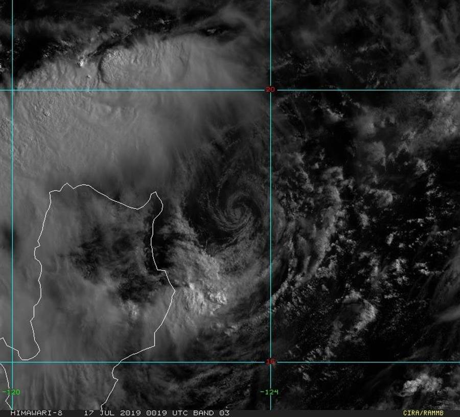 丹娜絲颱風對台灣的影響逐漸增加,圖裡可以看見丹娜絲的強對流集中在外圍,比中心還強。(取自鄭明典臉書、圖片來源:RAMMB/Himawari-8 Imagery)
