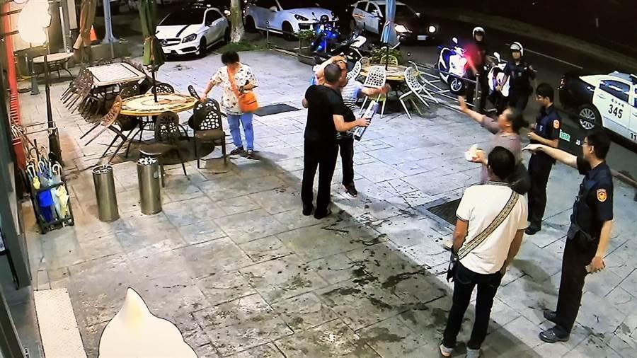 警方火速派遣警力到場,將受傷的2人送醫治療。(吳亮賢翻攝)