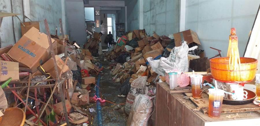 中西區開山里民權路的重大孳生源空屋清出10噸廢棄物。(台南市登革熱防治中心提供)