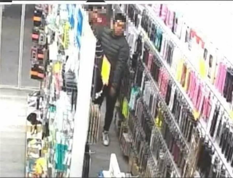 台中市西屯區一家手機配件館,因店內陶瓷玻璃手機背蓋遭人竊取,警方調閱監視器,查出盜刷信用卡大盜。(盧金足翻攝)