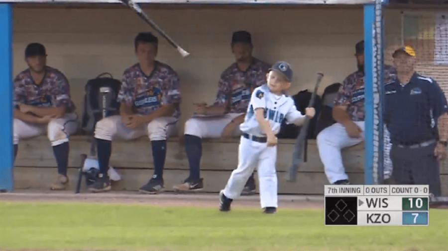 6歲的德瑞克教練怒丟球棒。(截自CUT4)