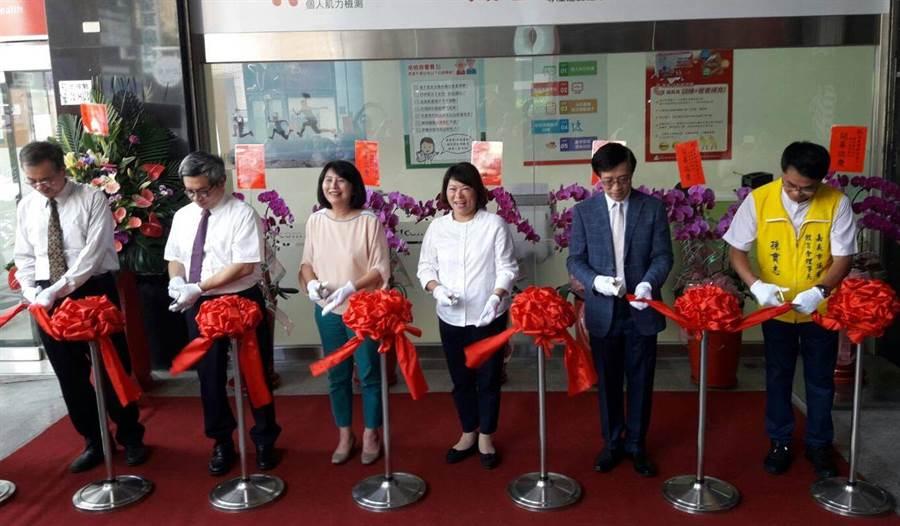 嘉義市長黃敏惠(中) 、台南市長黃偉哲的夫人劉育菁(左三)為樂齡族的保健運動中心剪綵。(廖素慧攝)