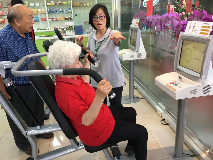 阿嬤體驗保健運動中心的上臂健身機。(廖素慧攝)