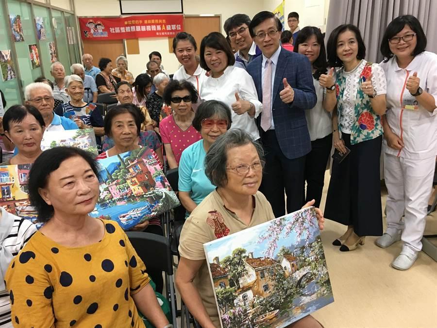 樂齡族學繪畫預防失智失能,市長黃敏惠(站者左二)稱讚。(廖素慧攝)