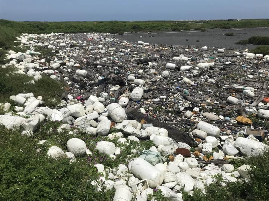 垃圾海岸!彰化縣大城南段垃圾滿布被環團公布為最髒海岸第2名。(吳敏菁攝)