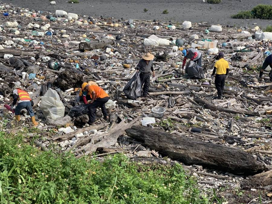 彰化縣大城南段垃圾滿布被環團公布為最髒海岸第2名,環保局和大城清潔隊投入清除作業。(吳敏菁攝)