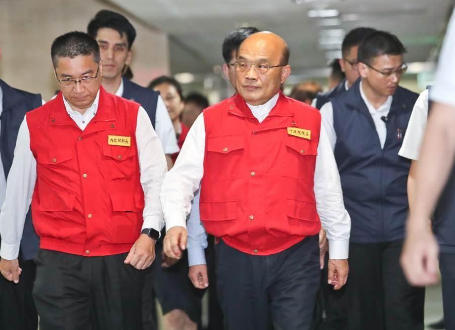 輕度颱風丹娜絲即將來襲,行政院長蘇貞昌(中)17日到中央災害應變中心視察及聽取各單位防颱報告。(劉宗龍攝)