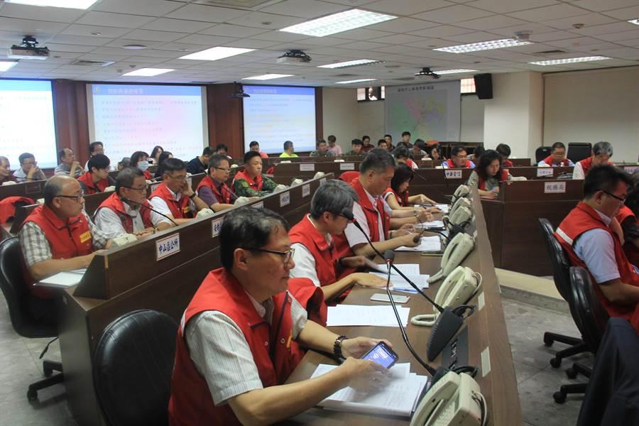 基隆市長林右昌今(17)日下午1時許在消防局災害應變中心,主持丹娜絲颱風災害準備會議。(張穎齊攝)