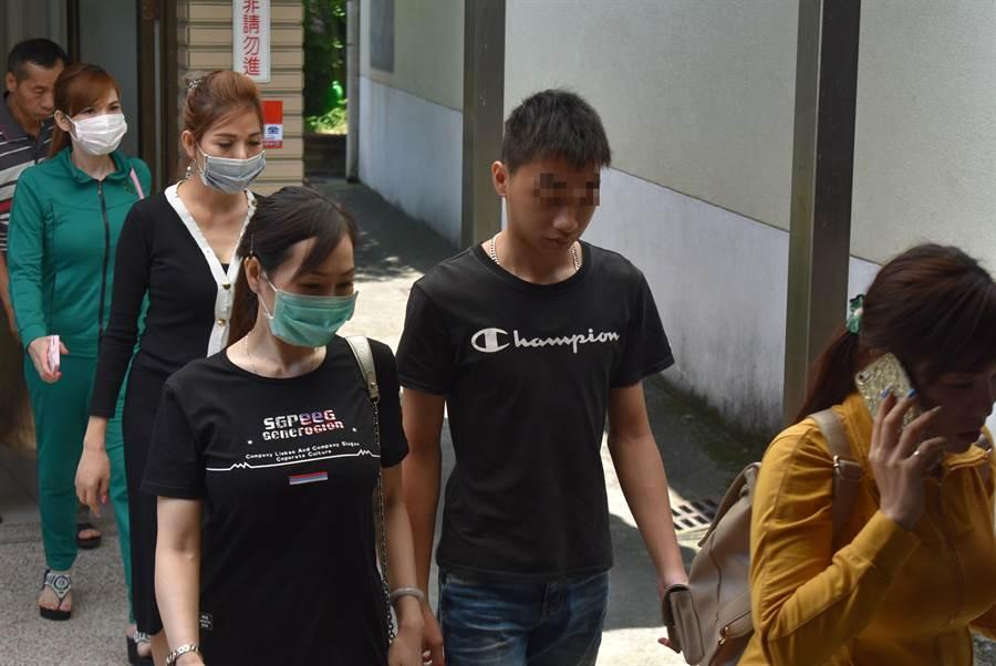 死者母親與兒子及越南同鄉姊妹,一行6人接受檢方偵訊,大家全身包緊、臉戴口罩,對於案情低調不談。(張妍溱翻攝)