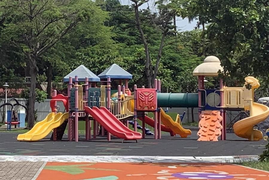 台南市議員呂維胤批水萍塭公園遊戲場工程慢,市府工務局指月底將開放。(洪榮志攝)