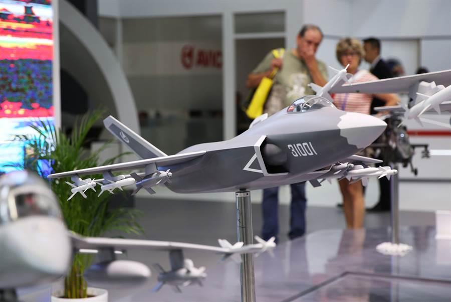 殲-31在今年6月巴黎航展上展出新的模型,較之前幾次航展上已有不小差異。(圖/新華社)