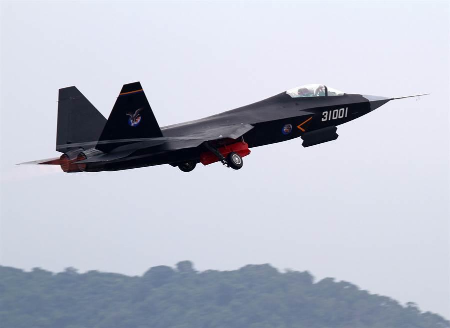 圖為殲-31於2014年首次在珠海航展上進行飛行演示,引起全球軍武界高度重視。不過幾年下來,殲-31發展路途並不順利,外界轉持保守態度看待。(圖/中新社)