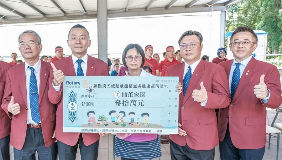 七星扶輪社長徐瑋宗(左二)捐贈30萬元,拙茁農場主任王瓊如(中)表示將增建2棟溫室。(羅浚濱攝)