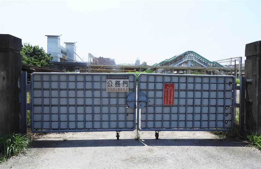 清水火車站後門長年深鎖,居住後站的學生及婦孺不得其門而入搭車。(陳世宗攝)