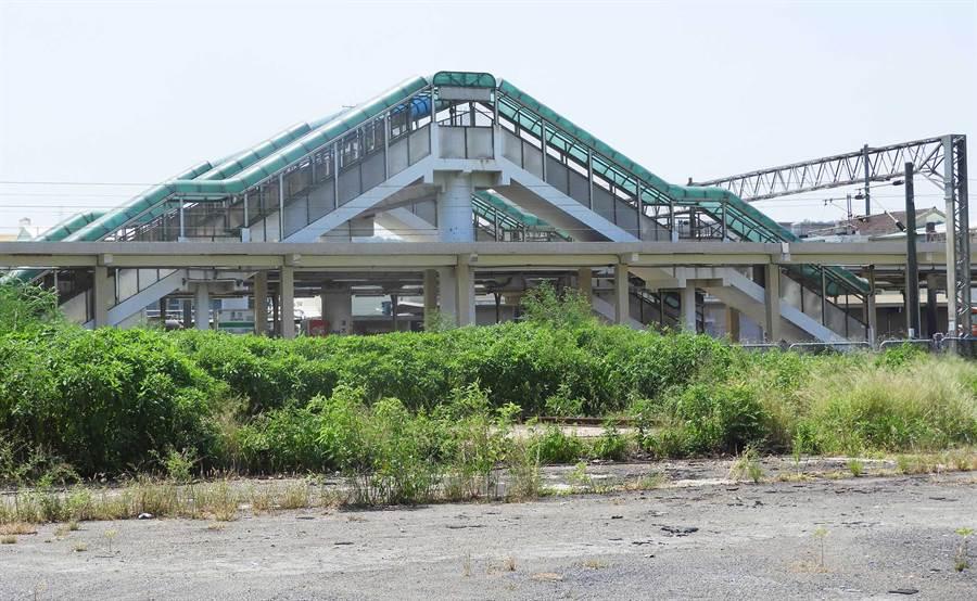清水火車站後站居民等了20餘年,歷經3任市長,跨站天橋迄今仍是場空。(陳世宗攝)