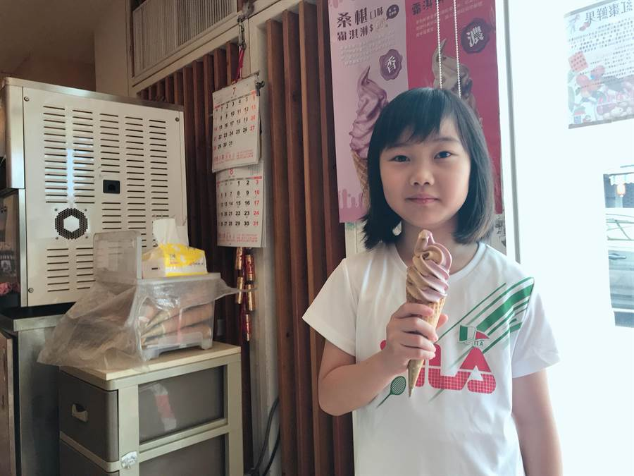 公館農會利用在地桑葚、紅棗特產,推出一解酷暑的新口味冰淇淋。(何冠嫻攝)